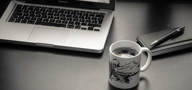 Le matériel du rédacteur web: ordinateur, carnet de notes et une bonne tasse de café ?