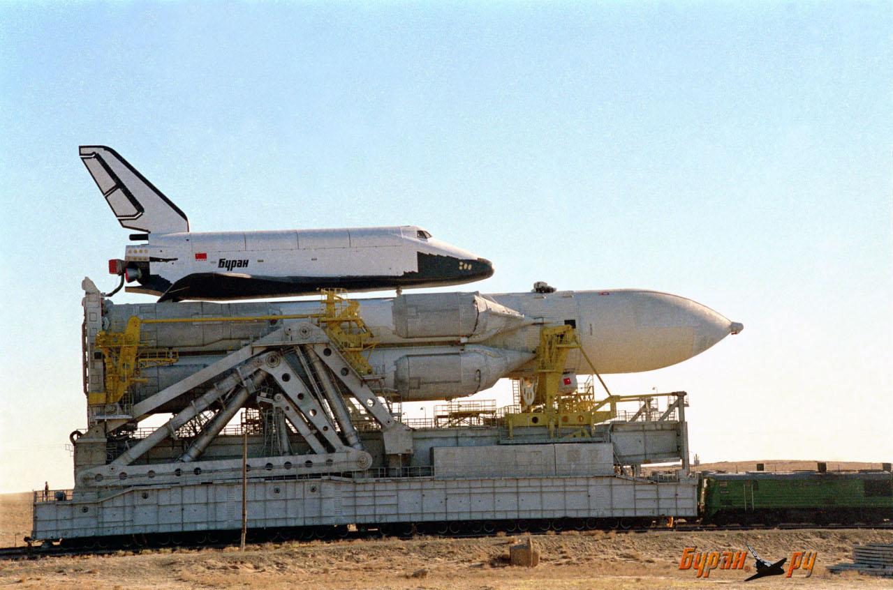 La navette spatiale Bourane est amenée vers le pas de tir